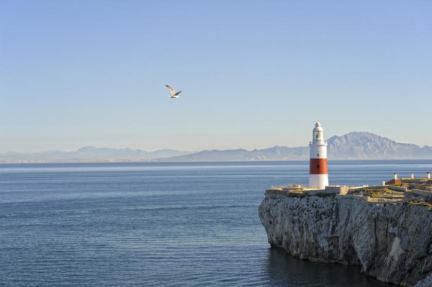 Gibraltár félszigetének legdélebbi pontja az Europa Point, amely a turisták kedvelt kilátóhelye. Közelében a piros-fehér Trinity-világítótorony áll egy emlékmű és egy mecset társaságában.