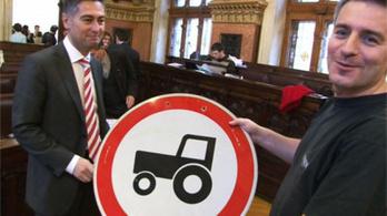 Megkaptuk az utolsó Traktorral behajtani tilos táblát