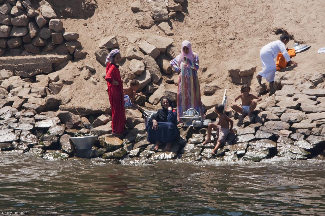 Nílusban mosó nők az egyiptomi Aswannál