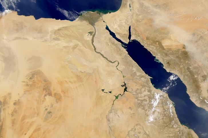 A Nílus (középen) műholdképe, jobbra a Vörös-tenger látható