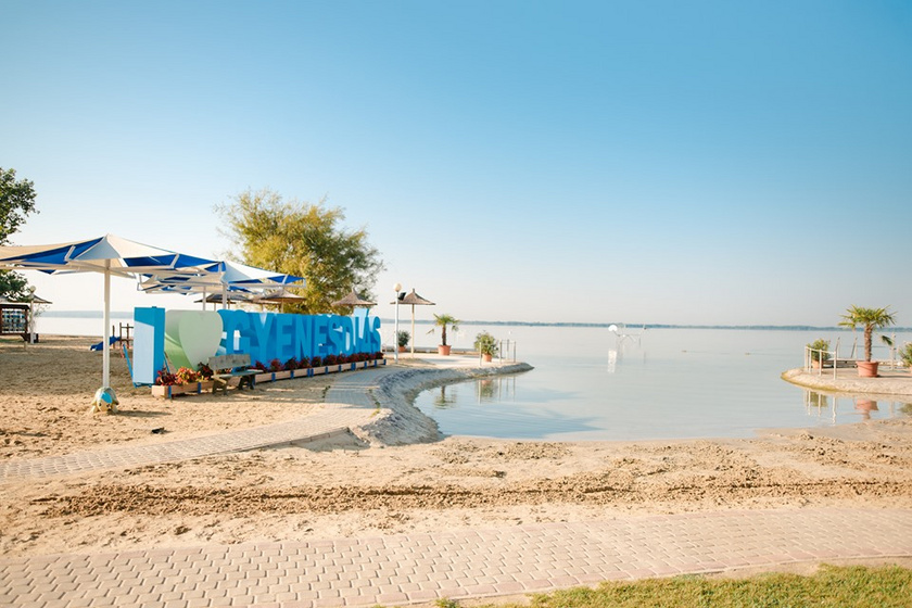 Gyenesdiás Diási Játékstrandja évek óta töretlenül a legtöbb csillagot kapja. A családbarát strand címet is viselő strand belépője felnőtteknek hétköznap 850, hétvégén 900 forint, diákoknak, nyugdíjasoknak ez 600 és 650 forint.