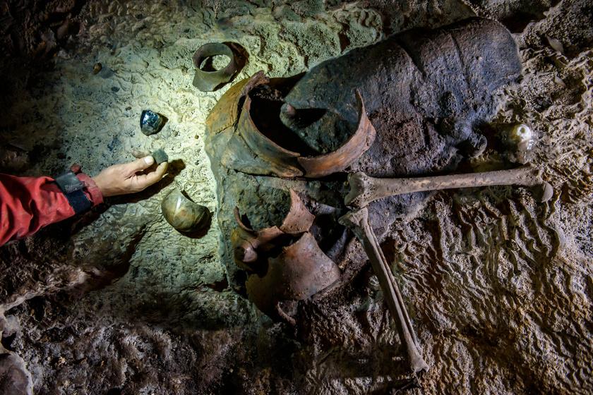 Középső újkőkori használati tárgyak és emberi csontok kerültek elő az aggteleki Baradla-barlangban.
