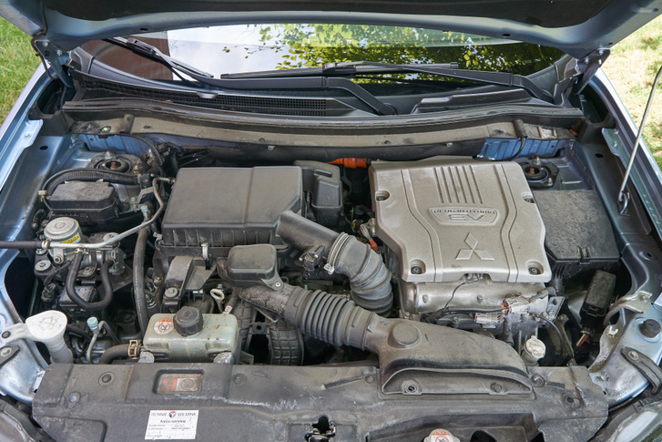 """Balra a benzinmotor, jobbra az inverter, az első elektromotorral. Visszahívás során új programot és négy új gyertyát kap, mert korábban túl rövid időre is beindította az ECU a benzinest, és """"beköpte"""" a gyertyákat"""