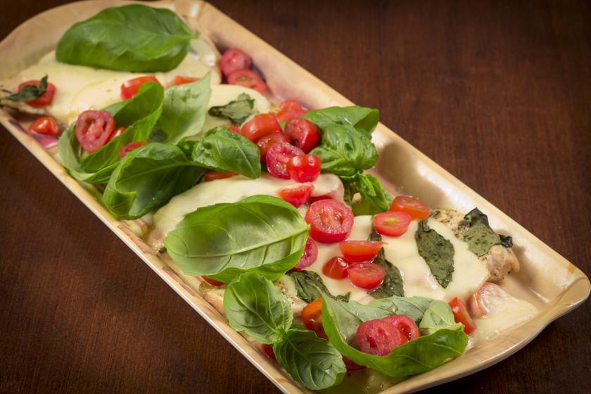 Sajtos-paradicsomos csirkemell a sütőből: fenséges mediterrán ebéd