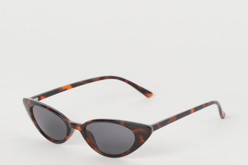 A H&M-ben 1995 forintért kapható trendi, vékony, széles cat-eye napszemüveg képes megtörni a kerek arcformát, ami ettől hosszúkásabbnak tűnik.