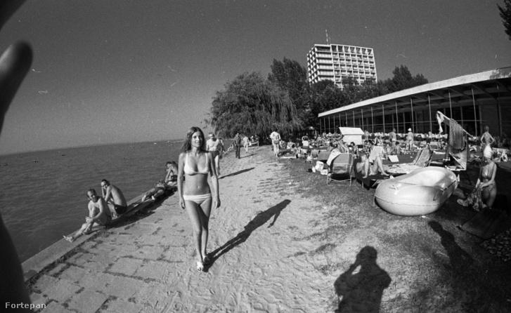 Siófok 1978. Strand a szállodasor előtt, háttérben a Hotel Európa.