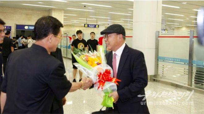 Choe In-guk üdvözlik Pyongyangban