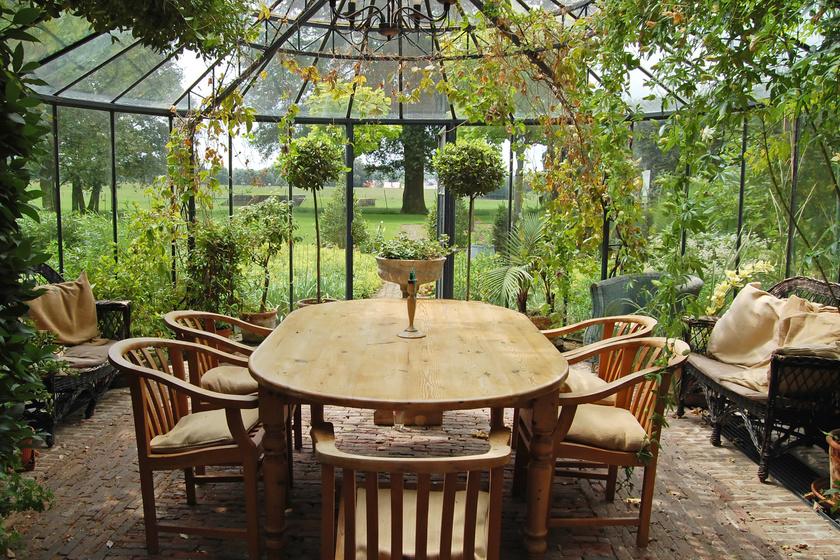 A kerti bútorok körében nagy népszerűségnek örvend az akác.