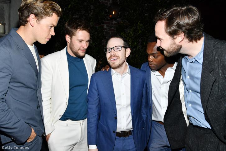 Középen a rendező, Ari Aster, körülötte a film férfi főszereplői, balról-jobbra: Will Poulter, Jack Raynor, William Jackson Harper és Vilhelm Blomgren.