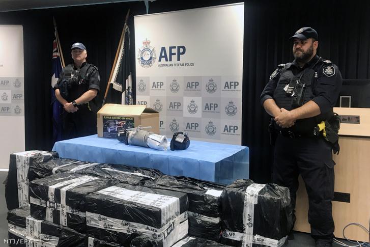 Metamfetamint tartalmazó csomagokat õriznek ausztrál rendõrök az adelaide-i központjukban tartott sajtótájékoztatón 2019. március 7-én. A hatóságok 18 kilogramm metamfetamint foglaltak le egy rajtaütésen
