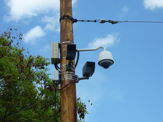 A térfigyelő és a lámpafigyelő kamera békés egymás mellett élése (Forrás: Élőben a városból)
