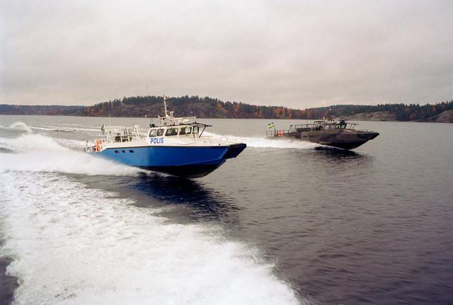 Katonai és rendőrség  motoros, mindkettőt két darab 14 literes, V8-as, 625 lóerős motor hajtja. Vaxholm, Svédország