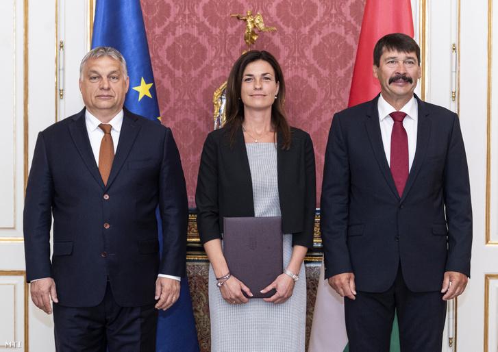 Varga Judit igazságügyi miniszter Áder János köztársasági elnök (j) és Orbán Viktor miniszterelnök társaságában kinevezési okmányának átvétele után a Sándor-palotában 2019. július 11-én.