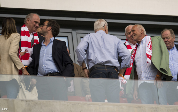 Hoeness (balra sálban) és Mateschitz (jobbra sálban) egy Leipzig-Bayern-meccsen
