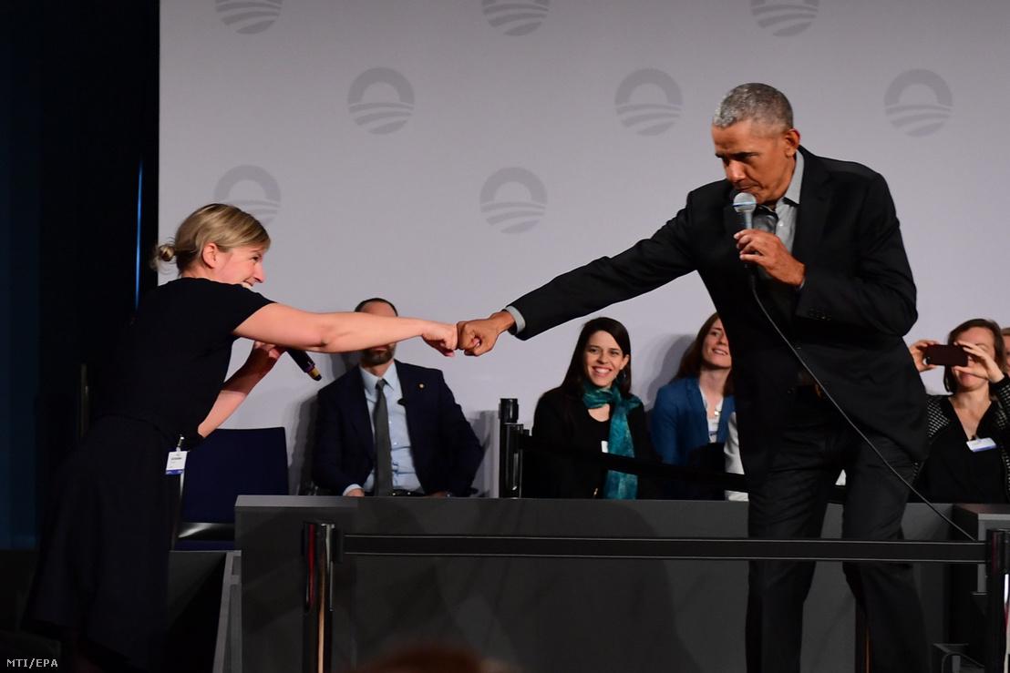 Barack Obama volt amerikai elnök köszönti Katharina Schulzét a zöldek bajor tartományi képviselőjét miközben fiatalokkal találkozik a European School of Management and Technology (ESMT) berlini magánfőiskolán rendezett fórumon 2019. április 6-án.