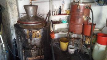 Lepárló gépet és 200 liter pálinkát talált a sufnijában a NAV, azt mondta, mindet magának főzte
