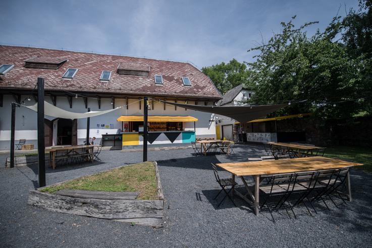 A szentbékkálai Pegazus kultúrtér és étterem. A hely bárnak indult, de mára elég komoly étterme lett és egyre meghatározóbbá vált a kultúrtér is.