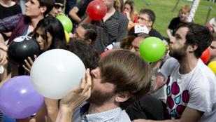 Miért lesz olyan fura a hangunk a héliumtól?