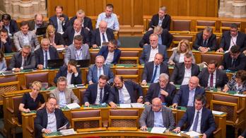 Megszavazta a parlament az alternatív oktatást nehezítő köznevelési törvénycsomagot