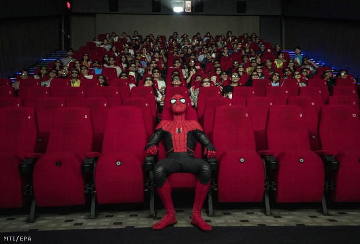 Pókember: Idegenben (Spider-Man: Far From Home) című film vetítése a nepáli Lalitpurban 2019. július 11-én