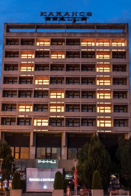 Fényjáték  kivilágított ablakokkal