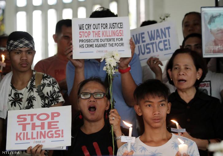 A 2019. március 15-i felvételen Rodrigo Duterte Fülöp-szigeteki elnök drogellenes hadjárata ellen tiltakoznak az áldozatok hozzátartozóji egy misén Quezon városban. Március 17-én megszűnik a Fülöp-szigetek tagsága a Nemzetközi Büntetőbíróságban (ICC). Duterte közel egy éve jelentette be, hogy országa kilép a szervezetből, miután Fatou Bensouda, az ICC ügyésze vizsgálatot kezdeményezett az elnök kábítószer elleni hadjáratának véres módszereiről.