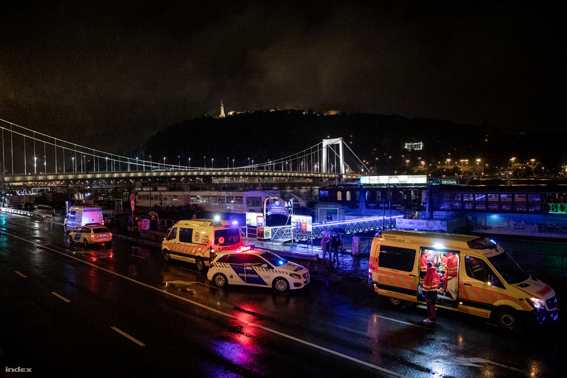 Hableány balesetének éjszakáján mentők és rendőrök a Duna parton 2019. május 29-én