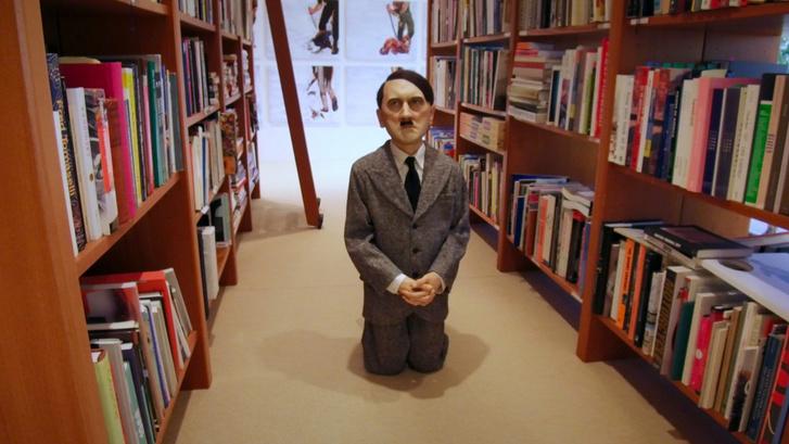 Maurizio Cattelan: Him (2001). A festett viaszszobor 17,2 millió dollárért kelt el a Christie's árverésén 2016-ban.