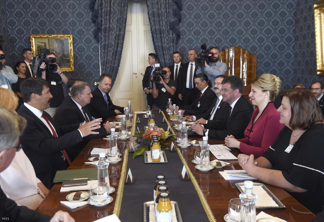 Áder János köztársasági elnök (b3) és Zuzana Caputová szlovák elnök (j2) megbeszélést folytat a Sándor-palotában 2019. július 11-én. Zuzana Caputová mellett jobbról Miroslav Lajcák szlovák kül- és Európa-ügyi miniszter.