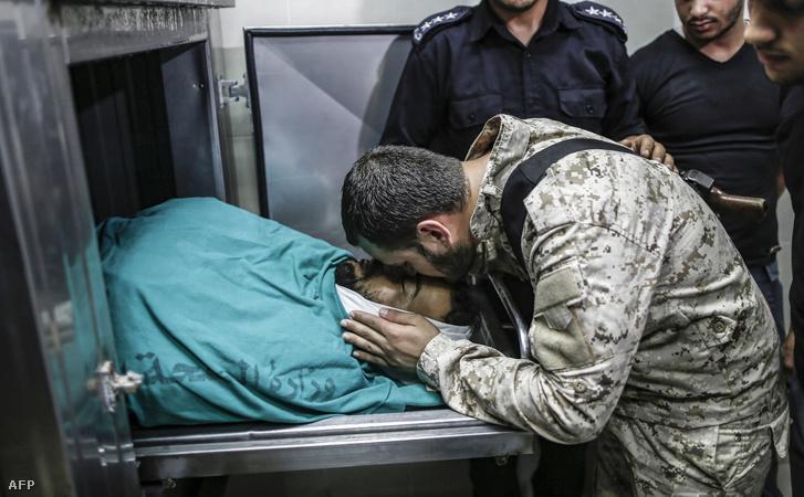 Izraeli hadsereg által lelőtt határőrt gyászolja egy Hamász-határőr 2019. július 11-én Gázában