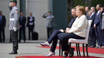 Merkelék ezúttal ülve vettek részt a katonai tiszteletadáson