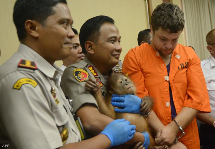 Andrej Zsesztkov (jobb oldalt) és a rendőrök az indonéziai sajtótájékoztatón 2019. március 25-én