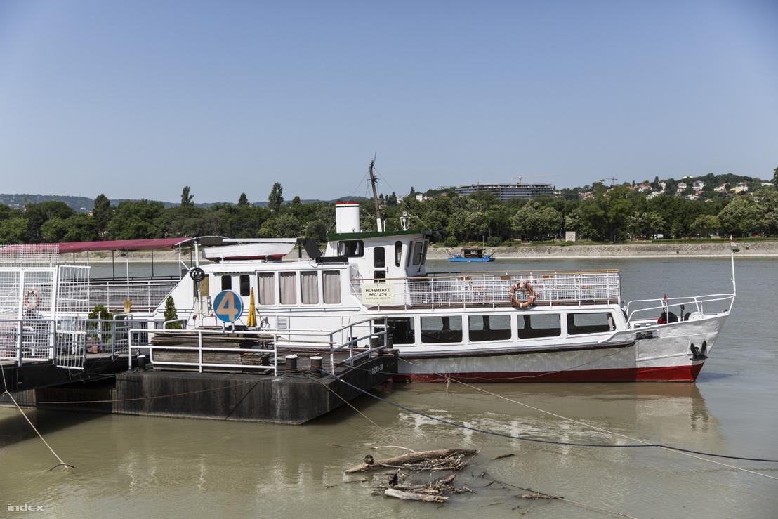Hófehérke, a BKV legidősebb hajója, nosztalgiajárat