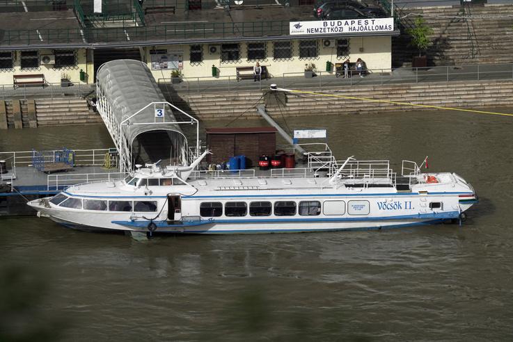 """Vöcsök-II                         Voszhod-típusú hordszárnyas hajó                         Épült: 1985, Feodosia hajóépítő vállalat """"MORYE"""" (Feodoszija, Szovjetúnió)                         Hossz: 27,6 m                         Szélesség:6,2 m                         Merülés: 1,1 m                         Főgép teljesítmény: 1000 LE                         Sebesség: 65 km/óra                         Tulajdonos: MAHART Passnave Kft, Budapest"""