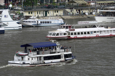 Lánchíd                         H-02 (BKV 100) típusú átkelőhajó                         Épült: 1986, Ganz Danubius Balatonfüredi Hajógyár Rt. (Balatonfüred, Magyarország)                         Hossz: 24,60 m                         Szélesség:6,40 m                         Merülés: 0,95 m                         Főgép teljesítmény: 350 LE                         Tulajdonos: Armada Hajózási Kft., Budapest