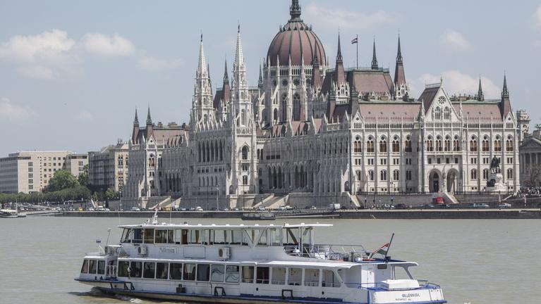 Ezek a hajók kerülgetik egymást Budapesten