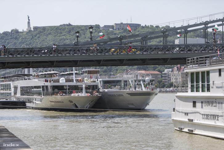 MS Royal Emerald                         Szállodahajó (Bázel, Svájc)                         Épült: 2008, Hollandia                         Hossz: 135,0 m                         Szélesség: 11,45 m                         Merülés: 1,75 m                         Befogadóképesség: 169 fő                         Főgép teljesítmény: 2x1100 LE                         Üzemeltető: Schiff. Royal Emerald                         MS Amadeus Queen                         Szállodahajó (Passau, Németország)                         Épült: 2018, Hollandia                         Hossz: 135,0 m                         Szélesség: 11,40 m                         Befogadóképesség: 162 fő                         Főgép teljesítmény: 2x1014 LE                         Üzemeltető: Dr. W. Lüftner Reisen GmbH