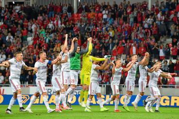 A debreceni csapat tagjai köszöntik szurkolóikat, miután 3-0-ra győztek a labdarúgó Európa Liga selejtezőjének első fordulójában az albán FK Kukesi játszott mérkőzésen a debreceni Nagyerdei Stadionban 2019. július 11-én