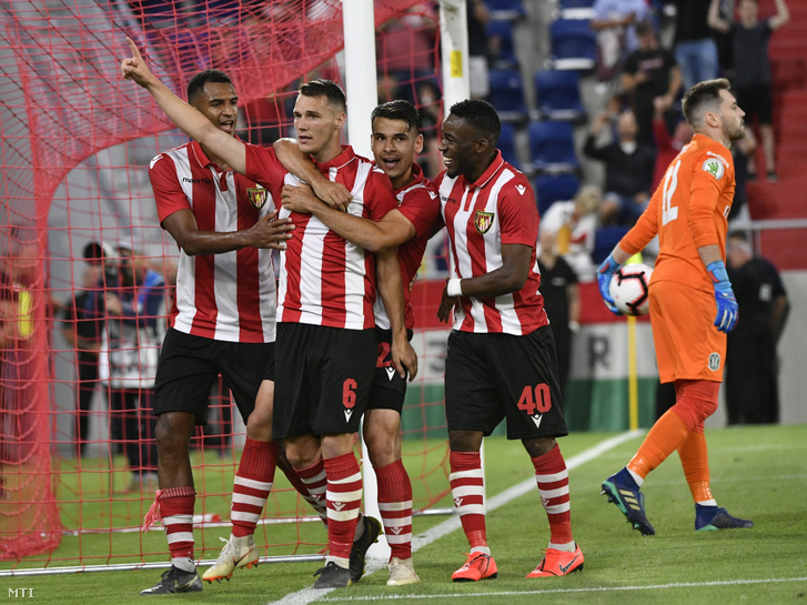 A kispesti Gazdag Dánielt (b2) ünneplik csapattársai, aki 11-esből gólt lőtt