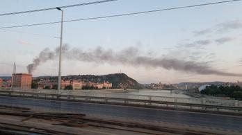 Pestről is látható füstje volt egy kigyulladt Szüret utcai épületnek