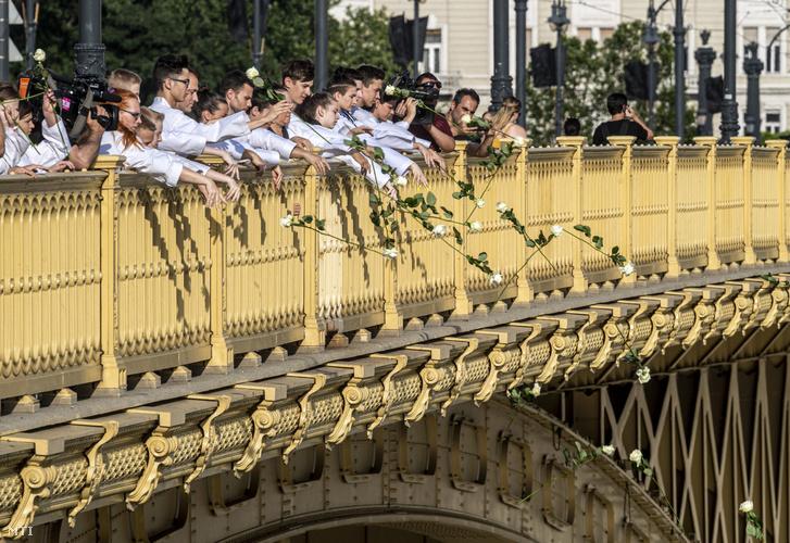 Tekvandósok virágot dobnak a Dunába a Margit hídról 2019. június 13-án. Az UTE teakwondo szakosztályának kezdeményezésére 33 sportoló a dél-koreai sportág hazai képviselőivel formagyakorlatot mutattak be, majd megemlékeztek a Hableány turistahajó balesetében elhunytakról.