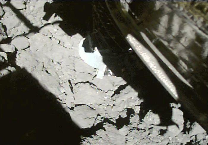 A Hajabusza-2 CAM-H kamerájával készül fotók a mintagyűjtésről (animálva)