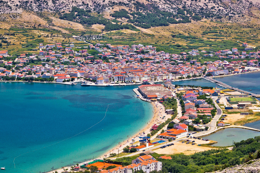 Pag Horvátország leghosszabb szigete, ahol egymás mellett sorakoznak a homokos tengerpartok, a tömegnyomortól mégsem kell tartani.