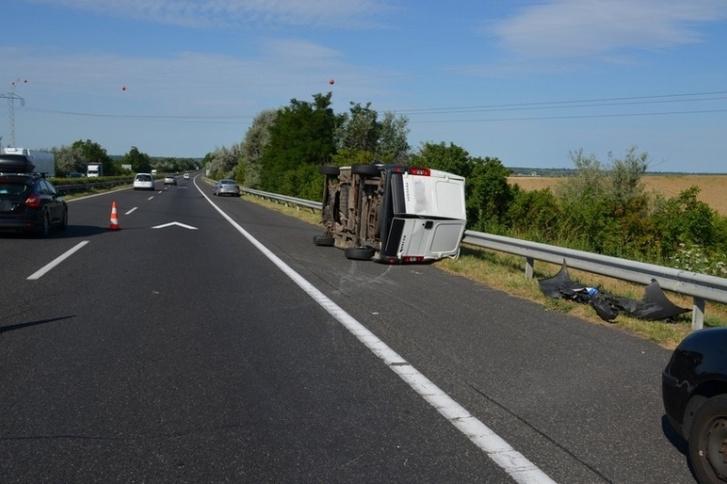 Balesetben felborult Peugeot kisteherautó az M7-es autópályán 2019. július 11-én