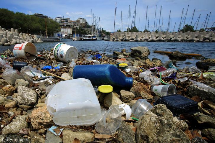 Műanyag szemét az Égei-tenger partján Athénhoz közel