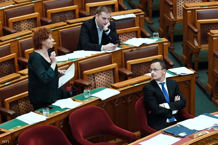 Vadai Ágnes a DK képviselője az Országgyűlés plenáris ülésén 2019. június 13-án. Mellette Szijjártó Péter külgazdasági és külügyminiszter (j) és Harangozó Tamás az MSZP képviselője.