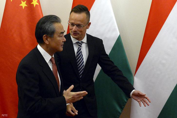 Szijjártó Péter külgazdasági és külügyminiszter (j) fogadja hivatalában Vang Ji kínai külügyminisztert 2019. július 12-én.
