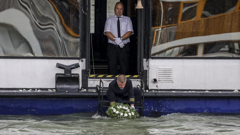 Harangszóval, díszlövéssel és virágokkal búcsúztatták a Hableány áldozatait