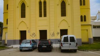 Horogkereszteket festettek a tapolcai volt zsinagógára és a Fidesz helyi irodájára