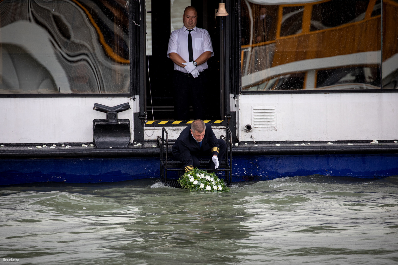 In their memory, a sailor placed a wreath on the water from the Halászbástya.